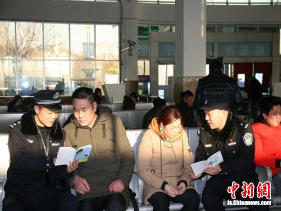 民警在讲解宣传手册