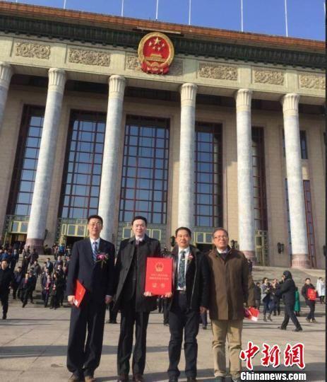 科研团队在北京参加2017年度国家科技大奖颁奖仪式。 杭添 摄