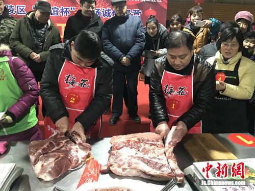 图为参赛选手切割猪肉。