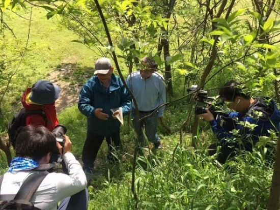 著名地质学家杨达源教授与央视《地理中国》科考队在古淹城观察测量