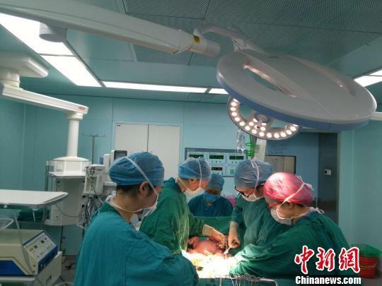 1月12日,通过干细胞干预卵巢早衰疗法,成功自然受孕至分娩的健康宝宝在南京顺利降生。 杨颜慈 摄