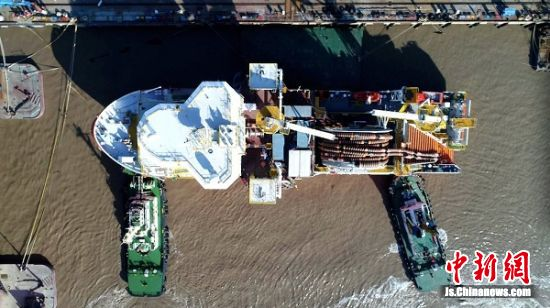 深海原油转驳船从启东出海