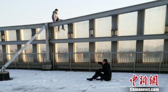 为了打消轻生者顾虑,郑浩坐在雪地里与其攀谈。警方供图