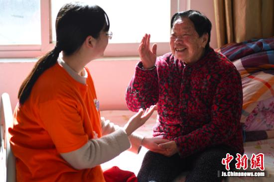 陪老人聊天。 桂宝林 冯耀 摄