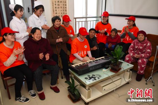 为老人们表演节目。 桂宝林 冯耀 摄