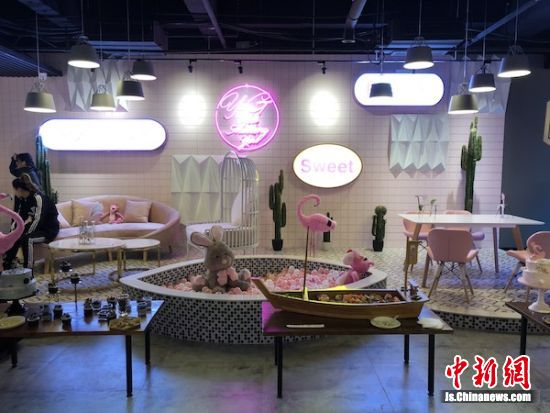 图为YG-Club中设置的梦幻粉色女神区。