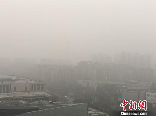1月19日,南京清晨笼罩在一片灰霾之中。 杨颜慈 摄
