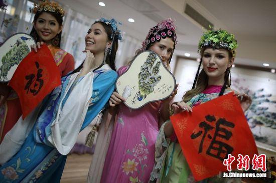 """佳丽们穿上中国古代""""秦淮八艳""""服饰,体验中国文化。 泱波 摄"""
