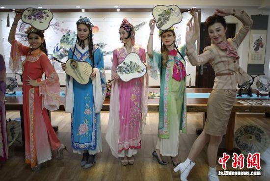 佳丽们跟着中国国际环境文化促进会秘书长张咏红体验中国文化。 泱波 摄