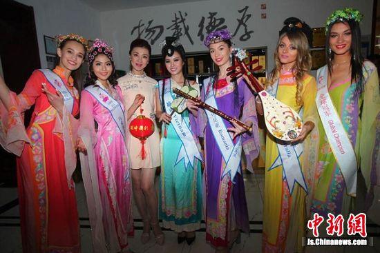 外国佳丽身着中国古代女子服饰。 刘小楚 摄