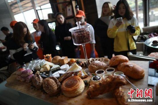 各种口味的面包糕点琳琅满目。 中新社记者 泱波 摄