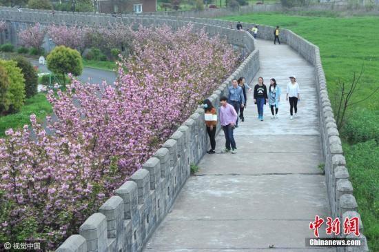 """资料图:华西村将全球各地的景观""""搬""""到自己村内。这些克隆景点让当地人在家门边感受到华夏河山的美丽,也成为华西村发展旅游业的亮点招牌。图片来源:视觉中国"""