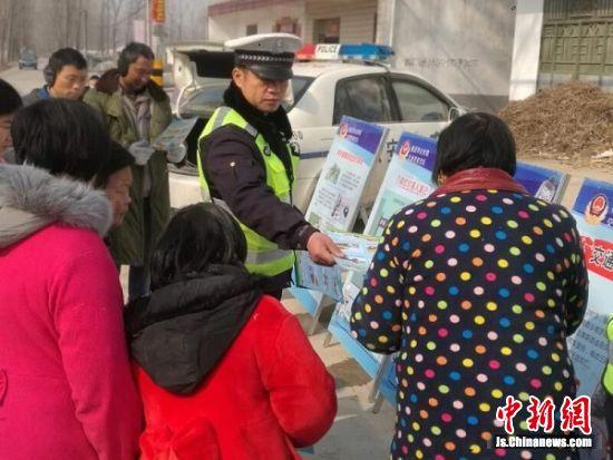 民警开展交通安全宣传