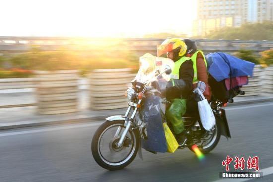铁骑返乡者骑行在路上。 王东明 摄