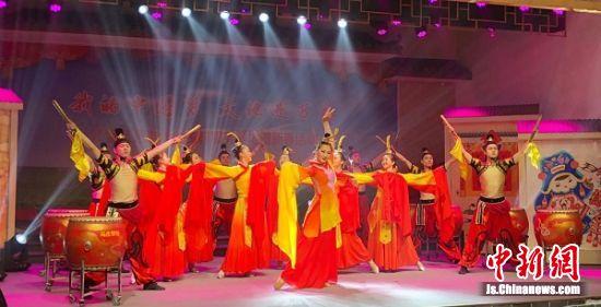 省内优秀艺术家为基层农民呈现精彩的贺新春节目。