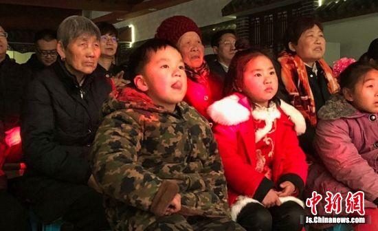 马庄村民文化大礼堂坐满前来观看文艺演出的村民。