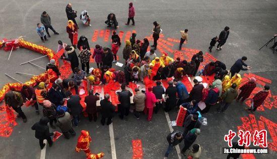 艺术家们为马庄村民书写春联现场。