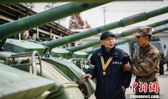 图为此前钱鑑民实现愿望,摸到了中国生产的坦克。 部队供图