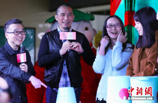 梁朝伟(左二)与粉丝互动。 中新社记者 泱波 摄