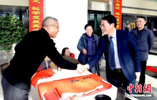 该公司总经理张强慰问书法家程永祥。