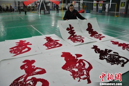 邢浩南带着创作的作品在一家羽毛球馆内进行展示。 张景良 摄