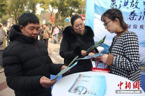 工作人员向江阴市民推介句容旅游资源