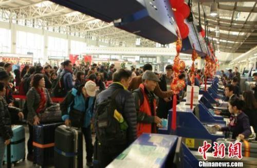 资料图:旅客排队值机。 吕俊明 摄
