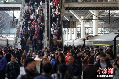 资料图:大批旅客在南京火车站乘坐火车出行。中新社记者 泱波 摄