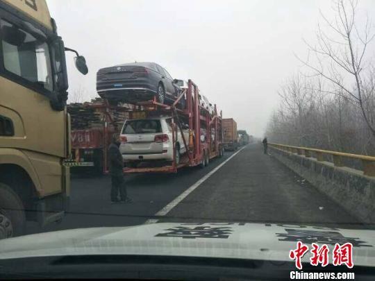 江苏部分高速公路已经出现节后返程车流缓行拥堵排队情况。南京交警 供图