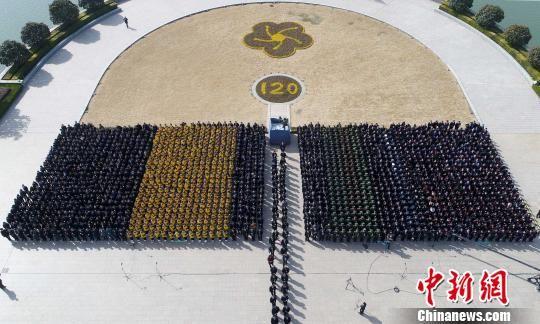 """5日,3万余位各行各业的代表,来到淮安周恩来纪念馆纪念""""人民的好总理""""。 曹政 摄"""
