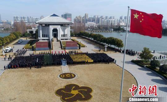 5日是周恩来总理诞辰120周年纪念日,各地民众以各种方式纪念他。 曹政 摄