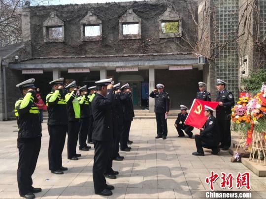 在南京,民众清晨来到中共代表团梅园新村纪念馆,在周恩来纪念铜像前摆满鲜花。 杨晓慧 摄