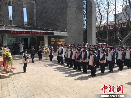 """学生们在周恩来纪念铜像前宣誓""""为中华之崛起而读书""""。 杨晓慧 摄"""