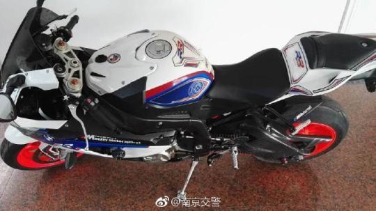 图为警方查扣的涉案摩托车(宝马牌s1000rr)。警方供图