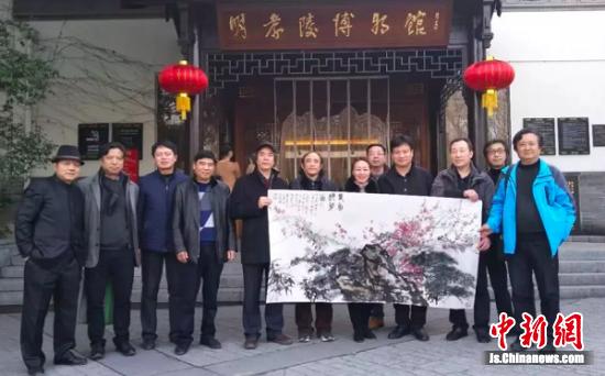 明孝陵博物馆馆长任青(右六)接受江苏省中国画学会捐赠作品。