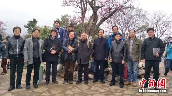 江苏省中国画学会部分艺术家在南京梅花山合影。