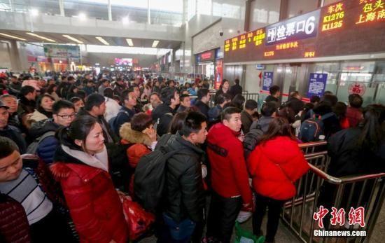 资料图:旅客在火车站检票进站上车。 中新社记者 张畅 摄