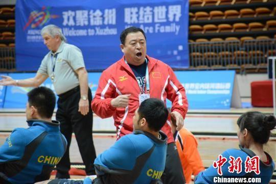 比赛中,中国队主教练闫士安为队员呐喊助威。 朱志庚 摄