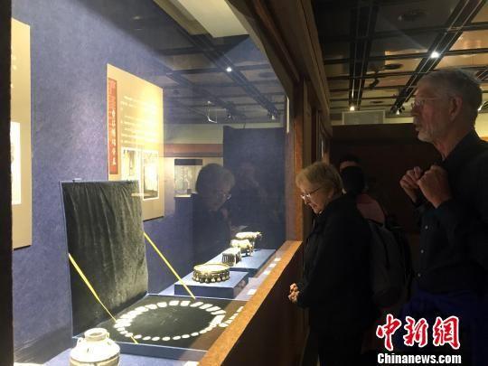 图为外国游客观看扬州隋炀帝墓出土的文物。 崔佳明 摄
