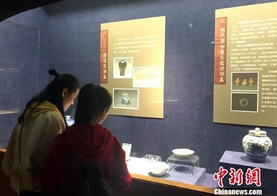 图为市民在观展永利澳门娱乐场网站公展的出土文物。 崔佳明 摄