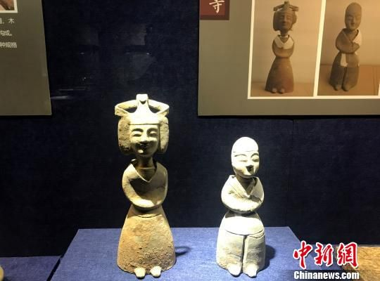 图为永利澳门娱乐场网站市博物馆馆藏出土文物——东晋时期的陶女俑、陶男俑。 崔佳明 摄