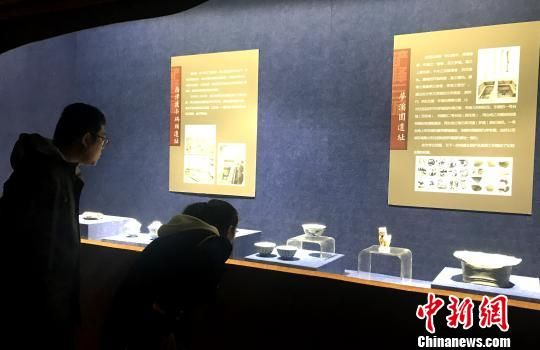 图为市民在观展镇江公展的出土文物。 崔佳明 摄