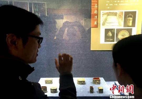 图为考古专家现场向观者讲述考古发现的过程。 崔佳明 摄