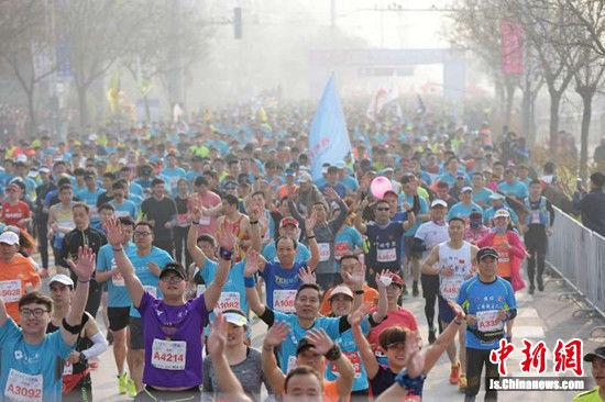 20000余名选手参加2018徐州国际马拉松赛。 孙井贤 摄