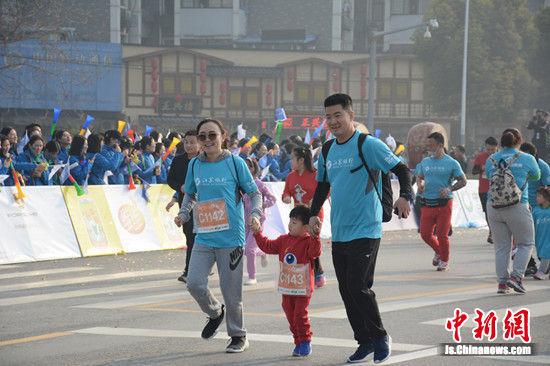 赛道上,萌娃选手和家人一起奔跑。