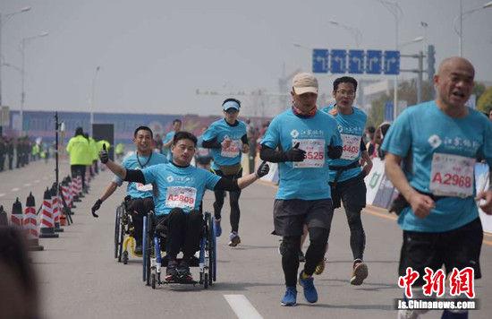 坐在轮椅上的选手奔跑在赛道上。朱志庚摄