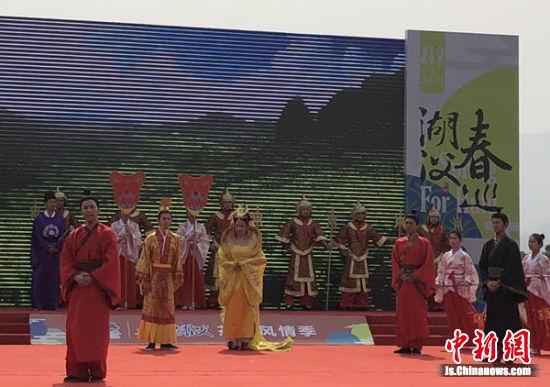 旅游季现场的唐皇巡游表演