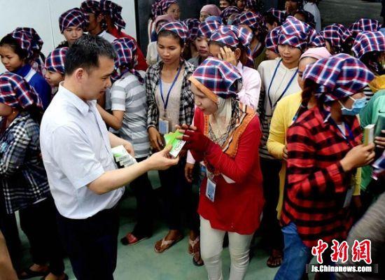 工作人员分发非遗名药。 王广祥 摄