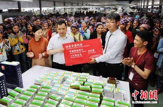 精华制药服务组向联发恒宇(柬埔寨)制衣公司赠送药品。王广祥 摄