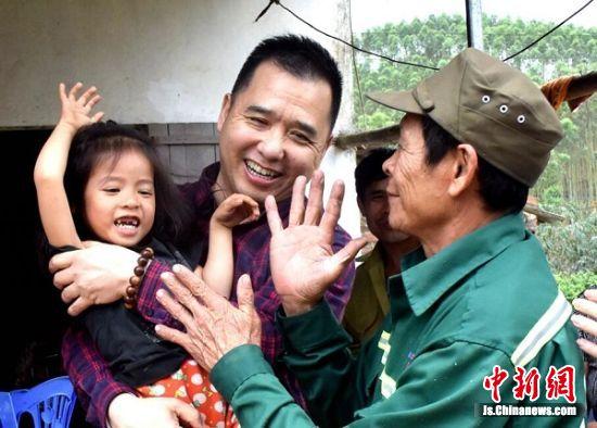 服务组成员在越南北部山区慰问贫苦病患儿童。王广祥 摄